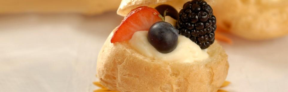 Профитроли  с ягодами и кремом из творожного сыра Милкана Tasty Fresh