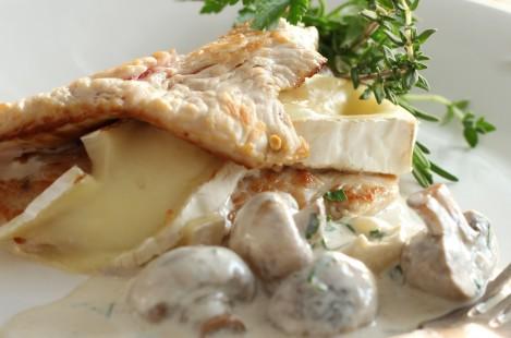 Рулет из индейки по-французски с сыром Милкана Камамбер Ле Кремье сливочный