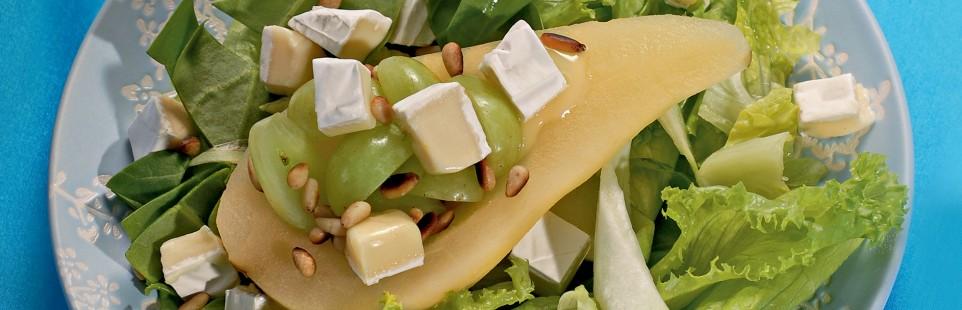 Салат с грушами, виноградом и сыром Mилкана Камамбер Ле Кремье сливочный